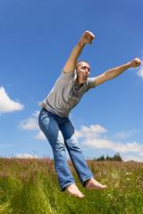 Mann springt voller Energie in die Luft