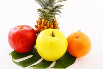 新鮮な果物とモンステラの葉