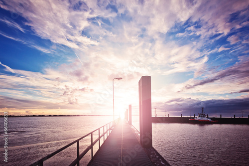 Steg im malerischen Sonnenuntergang – Bremerhaven - 66406633