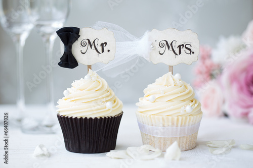 Foto Spatwand Koekjes Bride and groom cupcakes