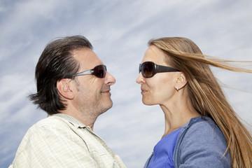 Hombre y mujer mirándose de frente mientras sonríen