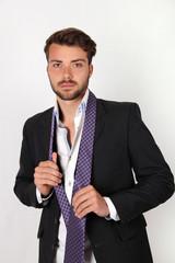 Hombre joven vistiendonse
