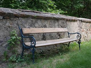 Gartenbank an Ziegelmauer
