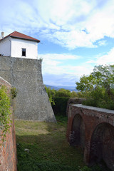 глубокий ров вокруг стен замка