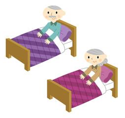ベッドで寝るシニア