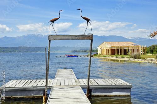 Fotobehang Ponton et cabane en bois près du lac