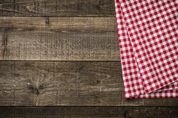 Rustikale Holzbretter mit einem rot karierten Tischtuch