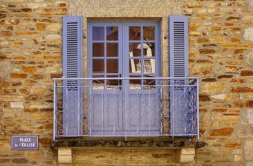 Schöner Balkon mit Geländer aus Schmiedeeisen
