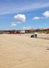 Pulizia della sabbia sulla spiaggia