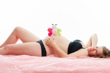 Schwangere Frau mit Babyspielzeug