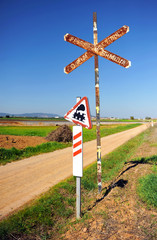 Viejo paso a nivel sin barrera, ferrocarril, camino rural