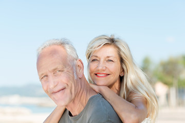 glückliches älteres paar genießt die sonne im urlaub