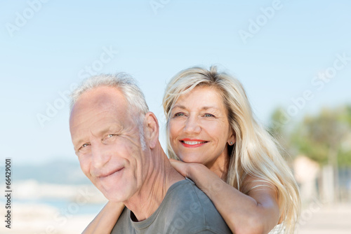 glückliches älteres paar genießt die sonne im urlaub - 66429001