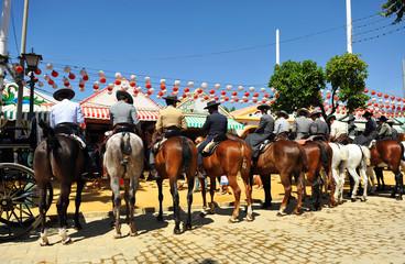 Grupo de jinetes a caballo, Feria de Sevilla, España