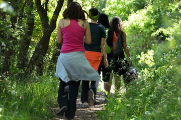 grupo de mujeres caminando por el campo