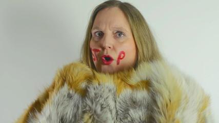 Weibliches Model trägt einen Pelzmantel