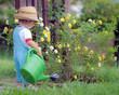 Bimbo innaffia i fiori