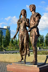 A bronze statue featuring a young couple