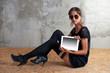 Frau mit Tablet-PC auf den Spanplatten