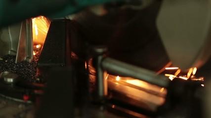 Proceso de cortar metal.