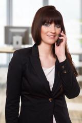 hübsche Geschäftsfrau telefoniert