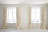 Leerer Raum mit Vorhängen am Fenster