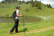 La randonneuse près du lac du col de Joux Plane