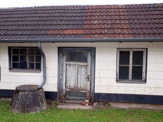 Schiefes Haus mit Doppeltür