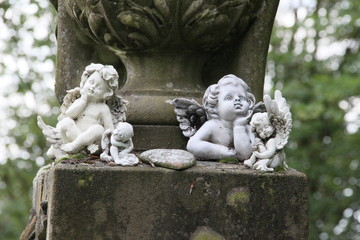 Engel spenden Trost an düsterem Ort der Trauer