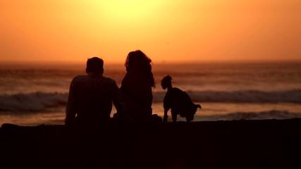 Paar am Strand im Sonnenuntergang