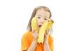 バナナを食べる笑顔の女の子