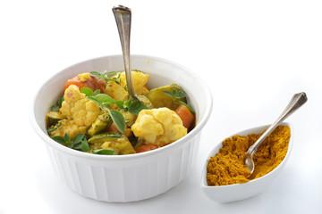 verdure miste al curry fondo bianco