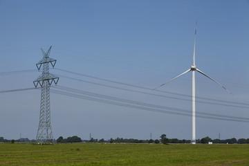 Windkraftanlage mit Stromleitungen und Strommast