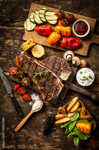Papiers peints Grill, Barbecue Wholesome spread with t-bone steak and veggies