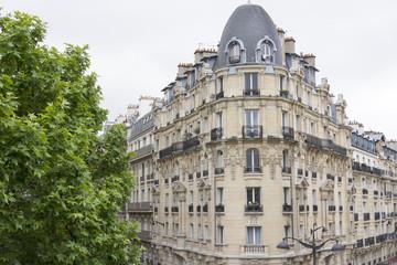 Fassade eines traditionellen Wohngebäudes in Paris, Frankreich