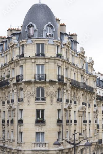 Fassade eines traditionellen Wohngebäudes in Paris, Frankreich © Ralf Gosch