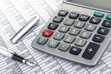 Taschenrechner Füller auf Tabelle