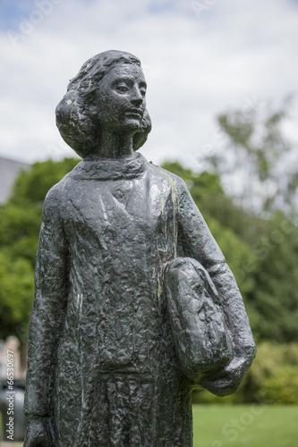 Statue der Anne Frank vor dem Wohnhaus in Amsterdam, Niederlande