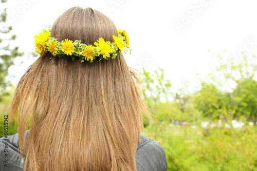 Fotobehang Paardebloem Female hair with crown of dandelions