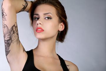 Портрет девушки с татуировкой