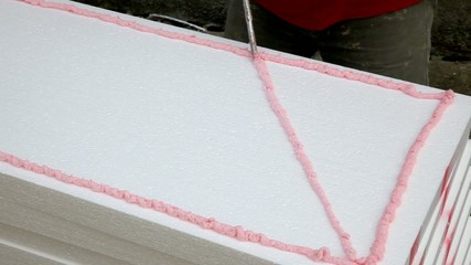 Polyurethane expanding foam glue applying to polystyrene
