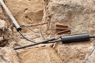 Arbeiten am Kabelnetz - Stromkabel in einer Baugrube