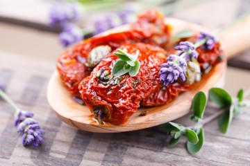 Getrocknete Tomaten mit Majoran und Lavendel
