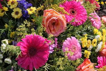 Bunte Blütenmischung in Trauergebinde