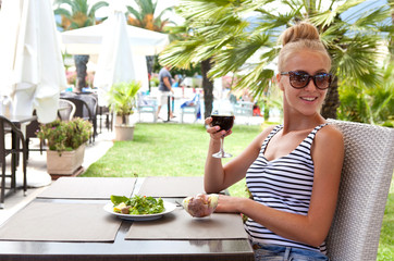 Девушка в кафе на улице
