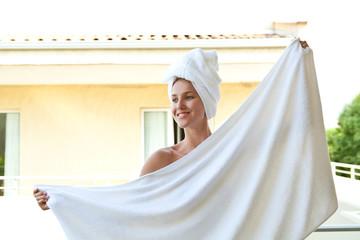 Девушка после ванны с банным полотенцем