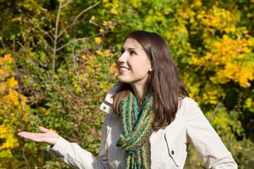 Junge Frau genießt die Sonne im Herbst