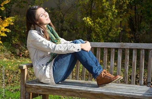 canvas print picture Herbst. junge Frau genießt die Sonne