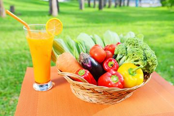 新鮮な野菜とジュース