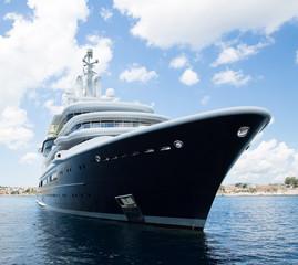 Luxusyacht bei blauem Himmel